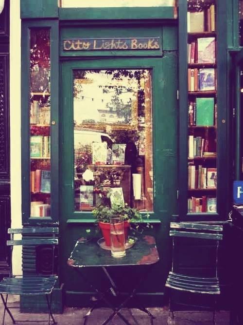Antigua fachada de la Librería City Lights Bookstore, en San Francisco, USA.