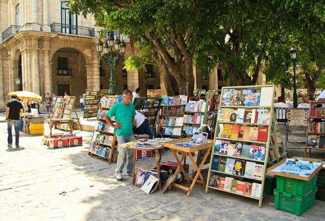 Librería callejera. Plaza de armas en La Habana. Cuba