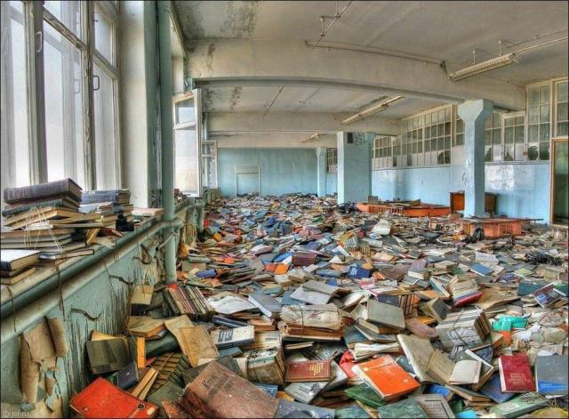 Biblioteca destrozada en Chernóbil