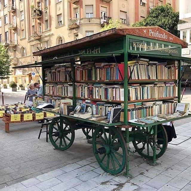 Librería ambulante en Budapest, Hungría.